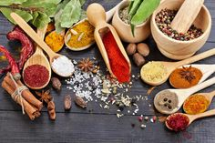 La cebolla, el ajo y la sal forman el trío esencial de la cocina, se utilizan para condimentar casi todo lo que hacemos en el día a día.Pero podemos ir más allá, transformando platos comunes con nuevos sabores, aromas y colores usando hierbas y especias baratas y fáciles de encontrar.Y, también,incorporar más condimentos a su alimentación es sano, pues usted puede disminuir la cantidad de sal en la comida. Esencial para hipertensos y pertinente a los que están atentos a la ...