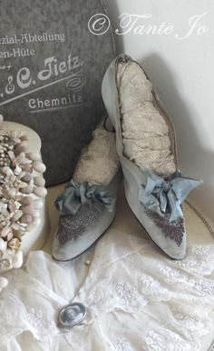 Shoes and Lace (link didn't work) Vintage Shoes, Vintage Accessories, Vintage Outfits, Vintage Fashion, Vintage Dress, Vintage Clothing, French Bleu, Pull Bleu Marine, Blue Grey