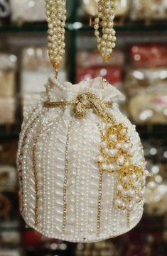 The Bridal Shop, Wedding Accessories, Jutti for women, Clutches – Page 2 – FashionVibes Beaded Clutch, Beaded Purses, Beaded Bags, Wedding Favours Luxury, Wedding Favor Bags, Luxury Wedding, Wedding Purse, Wedding White, Fashion Handbags