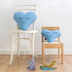 Love XS Celeste - Paparajote Factory Originales cojines corazón, color azul celeste. La colección Criaturas está creada para inspirar, jugar y soñar. Para niños de 0 a 99 años. Hecho en España de manera 100% artesanal, empleando materiales de calidad, con cariño, cuidado y respetando el medio ambiente. #cushion #pillow #love #heart #baby #kids  #gift #babies #cojin #corazon #niños #diseñodeinteriores #interiordesign #design #diseño #regalo #madeinspain #hechoenespaña #deco #original