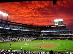22. Un nuage fascinant au-dessus d'un stade de baseball