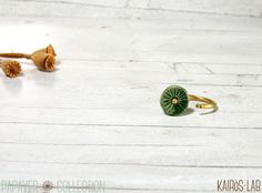 Anello papavero verde primavera in ceramica e ottone impilabile aperto e regolabile con impronta fiore papavero Papaver Collection per lei by KairosLab #italiasmartteam #etsy