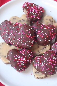 Yummy chocolate chip cookie dough hearts for Valentine's Day! Yummy chocolate chip cookie dough hearts for Valentine's Day! Valentine Desserts, Valentines Day Cookies, Valentine Treats, Holiday Treats, Easy Desserts, Dessert Recipes, Valentine Food Ideas, Valentines Baking, Valentines Day Chocolates