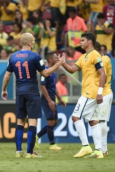 FIFA World Cup 2014 - Holanda 3 Brasil 0 (6.12.2014) - El Nuevo Herald Netherlands' forward Arjen Robben (L) and Brazil's defender and captain Thiago Silva react after the third place play-off football match between Brazil and Netherlands during the 2014 FIFA World Cup at the National Stadium in Brasilia on July 12, 2014. DAMIEN MEYER / AFP/Getty Images