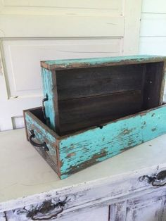 Cajas de madera rústicas Old Tool Boxes, Old Wooden Boxes, Wooden Crates, Wood Boxes, Diy Cardboard Furniture, Wood Pallet Furniture, Wood Pallets, Painted Furniture, Wood Display