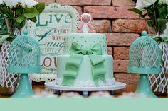 A Mon Gâteau preparou uma linda mesa de doces com bolo e delícias personalizadas para este chá de bebê de carneirinho. Na Pop Mobile foram alugadas peças