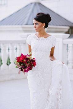 Clásico, sencillo y elegante vestido de novia con manga corta