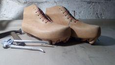 Práce na festovních pohorkách pokračují. Extra robustní konstrukce, materiál ( 5-6 mm FullGrain krupon) a ručně šité sedlářské stehy... Bushcraft, Booty, Ankle, Shoes, Fashion, Moda, Swag, Zapatos, Wall Plug