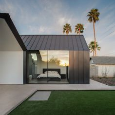 Modern Home Addition Extends out in Two Open Rooms The two spaces added to the back of this home in Phoenix seem to mirror one another on the outside. This modern home addition by Chen +. Design Exterior, Roof Design, Modern Exterior, Residential Architecture, Interior Architecture, Garden Architecture, Architecture Details, Zinc Roof, Metal Facade