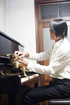 Atsushi Sakurai (singer with J-pop band Buck-Tick) with his Kitteh J Pop Bands, Rock Bands, Beautiful Voice, Beautiful Person, New Wave Music, My Music, Men With Cats, Julian Casablancas, Virgo Men