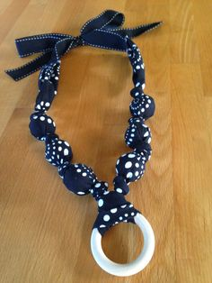 Traxel Time: 15 Minute DIY Nursing Necklace (diy necklace for kids) Diy Teething Toys, Wooden Teething Ring, Teething Babies, Baby Diy Projects, Baby Crafts, Sewing Projects, Nursing Necklace, Diy Necklace, Breastfeeding Necklace