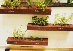 Horta vertical aromática para pequenos espaços.  Encomende uma para sua casa, apartamento ou escritório! Ela já vem completa e ainda fazemos a montagem. :)