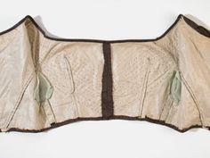 1837-40, Tagestaille aus Seide und Spitze (Innenleben). Man sieht deutlich die Heftstiche, mit denen die Bertha-Falten auf das Mieder genäht wurden. Offenbar ist das Mieder nicht durch Fischbein oder Stahl verstärkt.