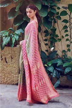 15 Most Gorgeous Ethnic Outfits Alia Bhatt Wore for 'Kalank' Promotions! 15 Most Gorgeous Ethnic Outfits Alia Bhatt Wore for. Indian Look, Dress Indian Style, Indian Dresses, Indian Ethnic, Pakistani Dresses, Latest Designer Sarees, Indian Designer Outfits, Latest Sarees, Bandhani Saree
