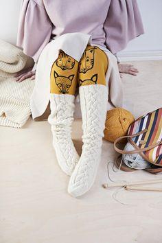 Palmikkosukkien ohje | Kodin Kuvalehti High Knees, Knee High Socks, Boot Cuffs, Knitting Socks, Knit Socks, Leg Warmers, Knit Crochet, Tights, Slippers