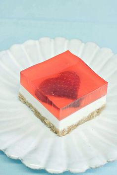 Strawberry Jelly Cheesecake - use normal gelatine and strawberry juice if you cannot buy strawberry-flavoured gelatine. Jelly Cheesecake, Strawberry Cheesecake, Cheesecake Bites, Strawberry Hearts, Strawberry Jelly, Gelatina Jello, Just Desserts, Dessert Recipes, Yummy Recipes