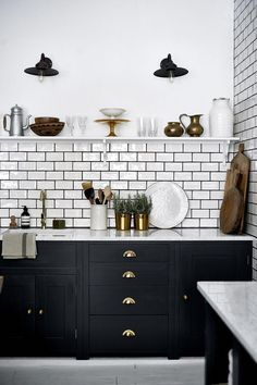 Luxury Small Kitchen 40 Incredible Black and White Subway Tiles Kitchen Design Metro Tiles Kitchen, Kitchen Tiles Design, Subway Tile Kitchen, Kitchen Cabinet Design, White Tile Kitchen, Kitchen Designs, Wall Tiles For Kitchen, Black And White Backsplash, Kitchen Black