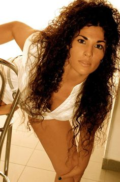TIZIANA SINAGRA è una cantante di talento, con una carriera splendida iniziata da giovanissima. Approdata negli States, si esibisce in prestigiosi locali di New York e con la sua live band in tutto il mondo, in performance sulle crociere. Ha partecipato a importanti Festival come quello di Castrocaro e inciso due singoli. Ha preso parte a trasmissioni tv nazionali, performance teatrali ed è stata la voce di spicco nella Start-up Milano-Sanremo della Canzone Italiana.