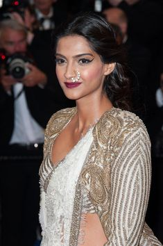 #Cannes, Red Carpet, May 15: Sonam Kapoor https://twitter.com/sonamakapoor in brilliant #Couture by Anamika Khanna http://www.ana-mika.com/ ~ white lace saree with pearls embedded, blouse  long cape jacket with matching gold embroidery, and a contemporary twist of kundan nath #nose_ring by Sunita K http://mumbai.olx.in/iichha-the-handmade-jewels-by-sunita-k-iid-314048630