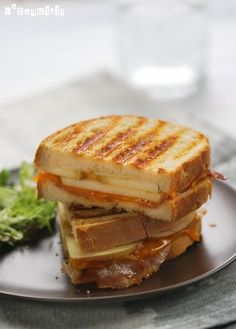 Sandwich with Apple Bacon & Cheddar. Sandwich with apple bacon and cheddar (in Spanish) Grill Sandwich, Apple Sandwich, Veggie Sandwich, Soup And Sandwich, Croissant, Tapas, Hot Dogs, Chapati, Milk Recipes