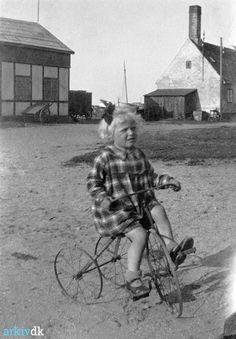 Inger Weichardt født 1928.06.10 fotograferet på Dragør Havn. Hendes forældre er Edvard Martin Weichardt og Gjertrud Marie Christensen.