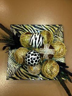 Decorative balls with safari glass square plate.
