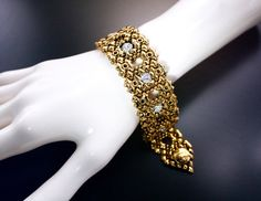 RTB27 – AG (24K antique gold finish) Bracelet. This meaningful bracelet has round Swarovski crystal balls embedded in the Liquid Metal mesh, created with a delicacy sense of character, but very feminine at the same time. The rich and strong 24K gold finish, gives it a prestige look. Find its matching Choker #LEC 3445 AG. 6 round crystal balls embedded in ball chain. Handmade