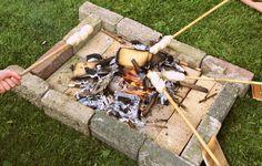 Je hebt zin in een barbecue, maar geen zin in alle voorbereiding. Een goed alternatief is met de kinderen broodjes bakken. Met wat kleine extra's erbij zoals een soepje, blik knakworsten en marshmallows is dit minsten zo leuk als een BBQ. Geen vuurkorf of vuurschaal? Bouw dan net als ons met een paar...