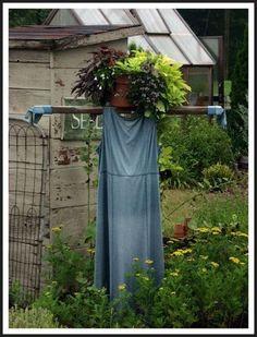 34 Inspiring Garden Scarecrow - Home Design Outdoor Projects, Garden Projects, Fall Projects, Garden Crafts, Outdoor Decor, Scarecrows For Garden, Garden Whimsy, Garden Fun, Gardens