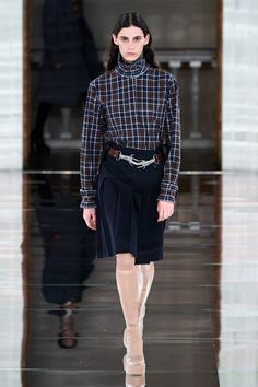 Victoria Beckham Fall 2020 Ready-to-Wear Fashion Show Collection: See the complete Victoria Beckham Fall 2020 Ready-to-Wear collection. Look 15 Fashion Week, Fashion 2020, Runway Fashion, London Fashion, Fashion Trends, Women's Fashion, Vogue Paris, Pleated Mini Skirt, Mini Skirts
