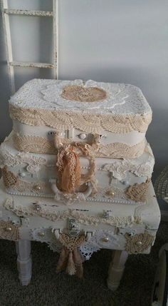 Shabby Chic Furniture In a family room, try to arrange your furniture into centers. Shabby Chic Trunk, Shabby Chic Crafts, Shabby Chic Homes, Shabby Chic Style, Shabby Chic Furniture, Bedroom Furniture, Painted Furniture, Furniture Ideas, Vintage Shabby Chic