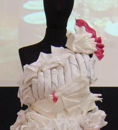 """Abito da sposa realizzato con origami in tovaglioli di tessuto. Allestimento stand Palombini per """"IO SPOSA"""". Roma"""