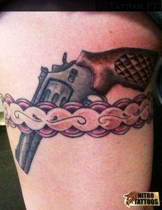 tatuaggi giarrettiera con pistola