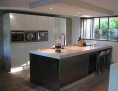 Plafondunit in greeploze keuken. Verlaagd plafond met plafondunit boven kookeiland