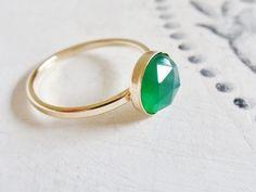 """*edel*.* elegant*.* zeitlos*.  Purer handgeschmiedeter *Gold filled Ring* mit schimmernden grünem *Onyx* Edelstein in AAA Qualität,""""rose cut"""" Sch..."""