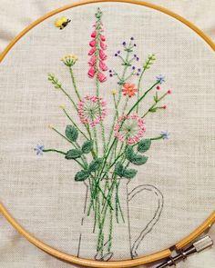 一気に刺し終わりました(^_^)v あとは花瓶にチュールを縫い付け仕立てます 自分なりに頑張った分愛着わきます♡ #刺繍#ホビーラホビーレ#青木和子