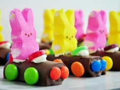 Easter Bunny Racers This is an adorable idea for kids during the Spring/Easter season. They are easy to assemble – the kids can help too! Easter Snacks, Easter Treats, Easter Recipes, Easter Desserts, Easter Food, Easter Stuff, Easter Decor, Easter Games, Easter Centerpiece