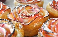 Even geen zin in een eenvoudige cupcake? Wat dacht je dan van deze originele bladerdeeg appelroosjes. Makkelijk, snel en knapperig lekker! Apple Dessert Recipes, No Bake Desserts, Delicious Desserts, Apple Recipes, Drink Recipes, Apple Roses, Apple Rose Pastry, Apple Rose Tart, Apple Slices