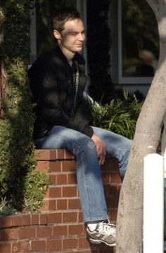 Jim Parsons Relaxing Outside on October 8, 2009 Picture 2
