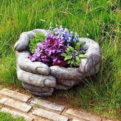 Flores nas mãos.
