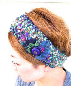MIX の糸とカラーネップ、ラメ糸を引き揃えて編んだヘアバンドです。大きいレトロなボタンとカラーチュールがポイントになっています☆★寸法★縦 7.5cm頭周り...|ハンドメイド、手作り、手仕事品の通販・販売・購入ならCreema。