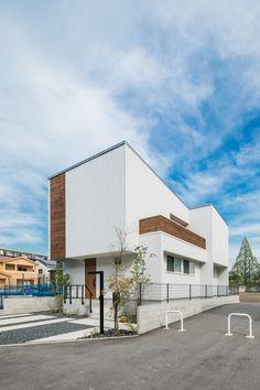 シンプルな正面とは印象が変わる側面。バルコニーからは青空が広がります。 #ルポハウス #設計事務所 #工務店 #設計士 #注文住宅 #デザイン住宅 #自由設計 #マイホーム #お家 #新築 #家づくり #間取り #施工事例 #滋賀 #おしゃれな家 #インテリア #外観 #ガルバリウム Japanese Modern House, Small House Exteriors, Small Buildings, House Wall, Home Projects, Modern Architecture, Townhouse, Facade, Building A House