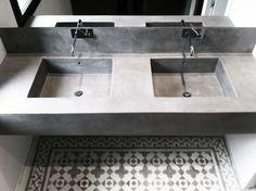 #reforma #baño con lavabo integrado en encimera de obra acabado microcemento, suelo de baldosas hidráulicas.