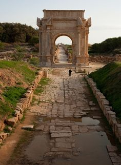 The arch of Septimus Severus at the roman ruins of Leptis Magna, Libya (by Krefey).