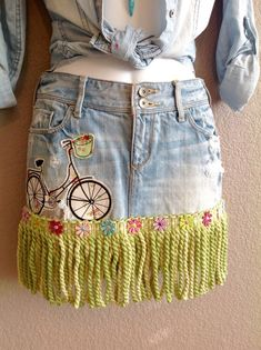 Bicycle patch pretty florals embellished with green/cream Boho Outfits, Skirt Outfits, Jeans Refashion, Denim Crafts, Embellished Jeans, Jeans Rock, Denim And Lace, Recycled Denim, Denim Outfit