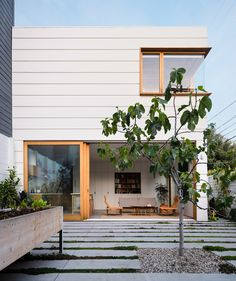 indoor outdoor living Two for One: A Courtyard Connects Old and New in a San Francisco Home by Architect Ryan Leidner - Remodelista Minimalism Living, Harrison House, San Francisco Houses, Interior Minimalista, Minimal Home, Minimal House Design, Modern Design, Storey Homes, Street House