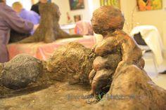 Figur i i fuglebad lavet som træstamme og sten