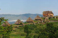 Set against a stunning backdrop of Lake Kyaninga and the legendary Mountains of the Moon beyond : Kyaninga Lodge, Oeganda