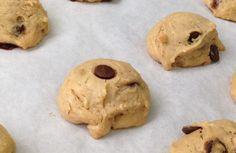 """Nas minhas andanças pelos blogs e IGs """"fits"""" achei essa receita de biscoito de pasta de amendoim e gostei bastante, pois não tem glúten nem lactose (atenção ao chocolate usado). Pensando no pessoal que faz dieta restritiva ou em quem tem..."""