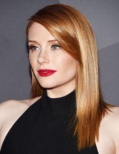 des cheveux luisants couleur roux vénitien associés à un regard souligné et un rouge à lèvres rouge dramatique